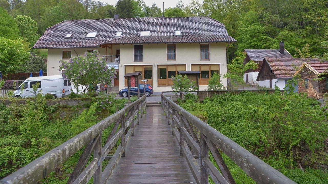 In einer Passauer Pension wurden am Samstag drei Leichen entdeckt. In ihren Körpern steckten Pfeile.