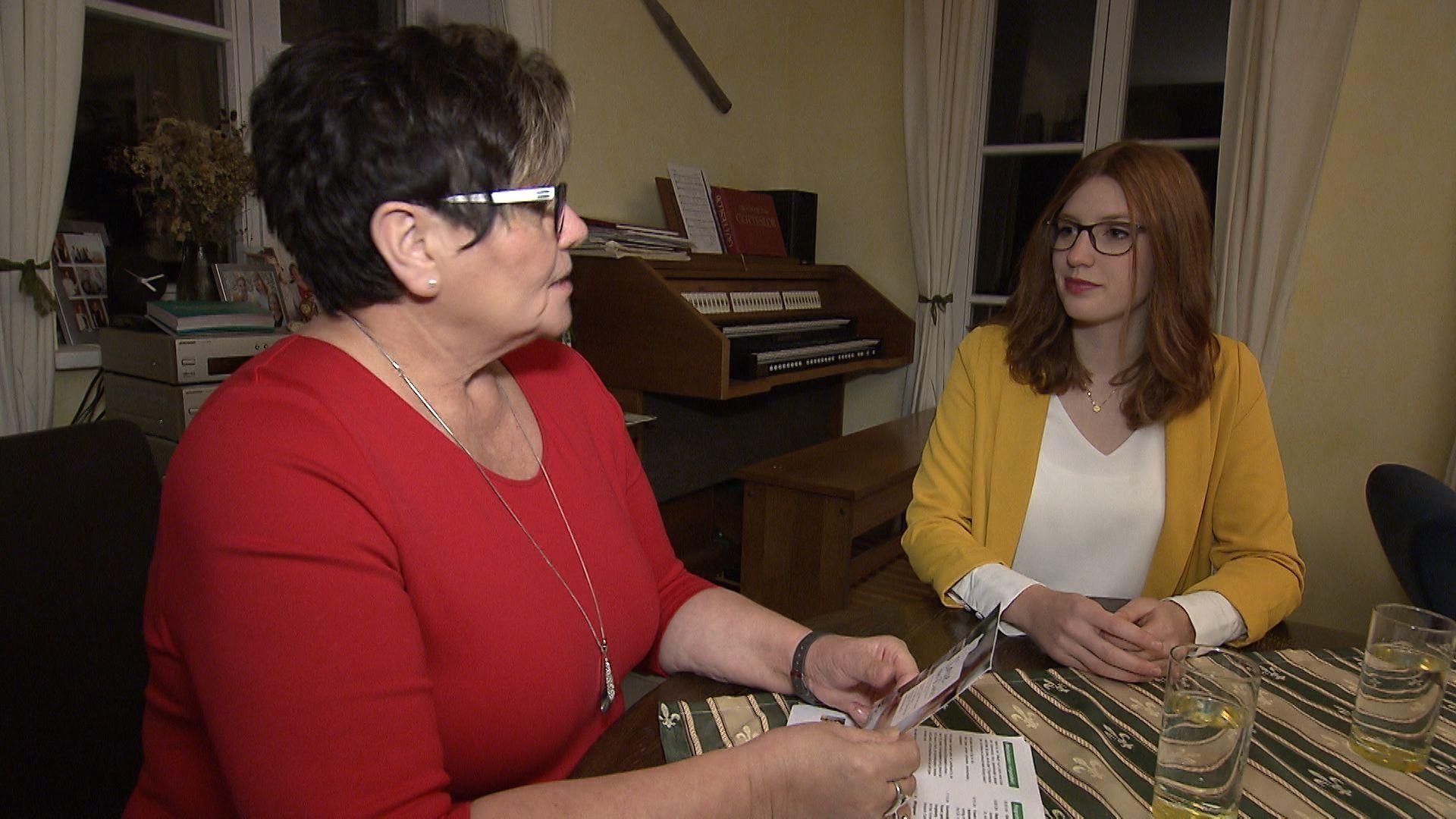 Anneliese Göller und Annamarie Bauer sitzen am Tisch und unterhalten sich