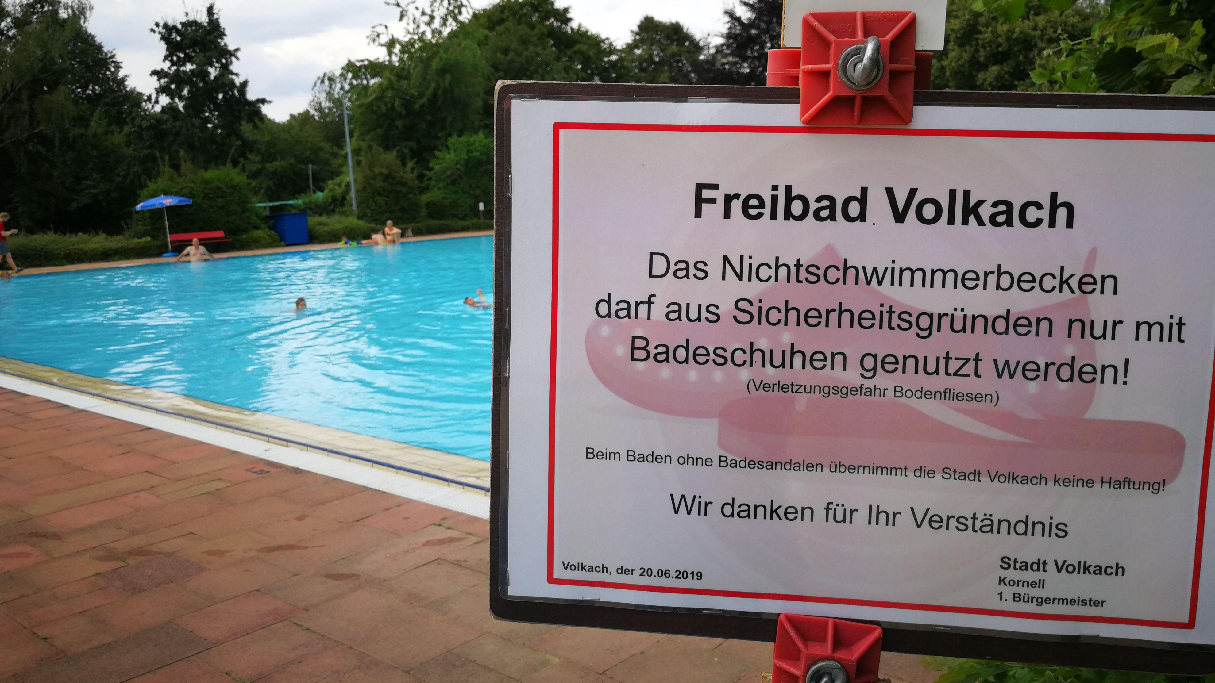 Volkacher Hallenbad im Notbetrieb - das Nichtschwimmer-Becken darf nur mit Badeschuhen betreten werden