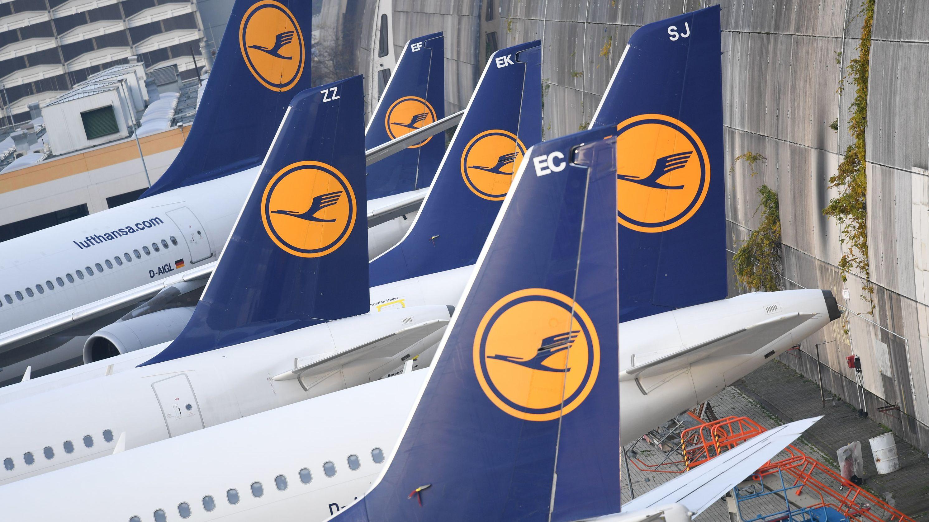Lufthansa-Maschinen parken am Flughafen von Frankfurt am Main am Rande des Vorfeldes