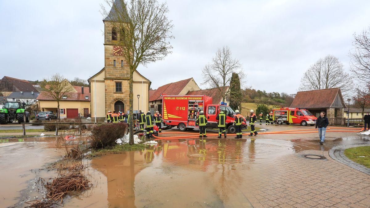 Im Landkreis Bamberg trat ein Löschweiher über die Ufer