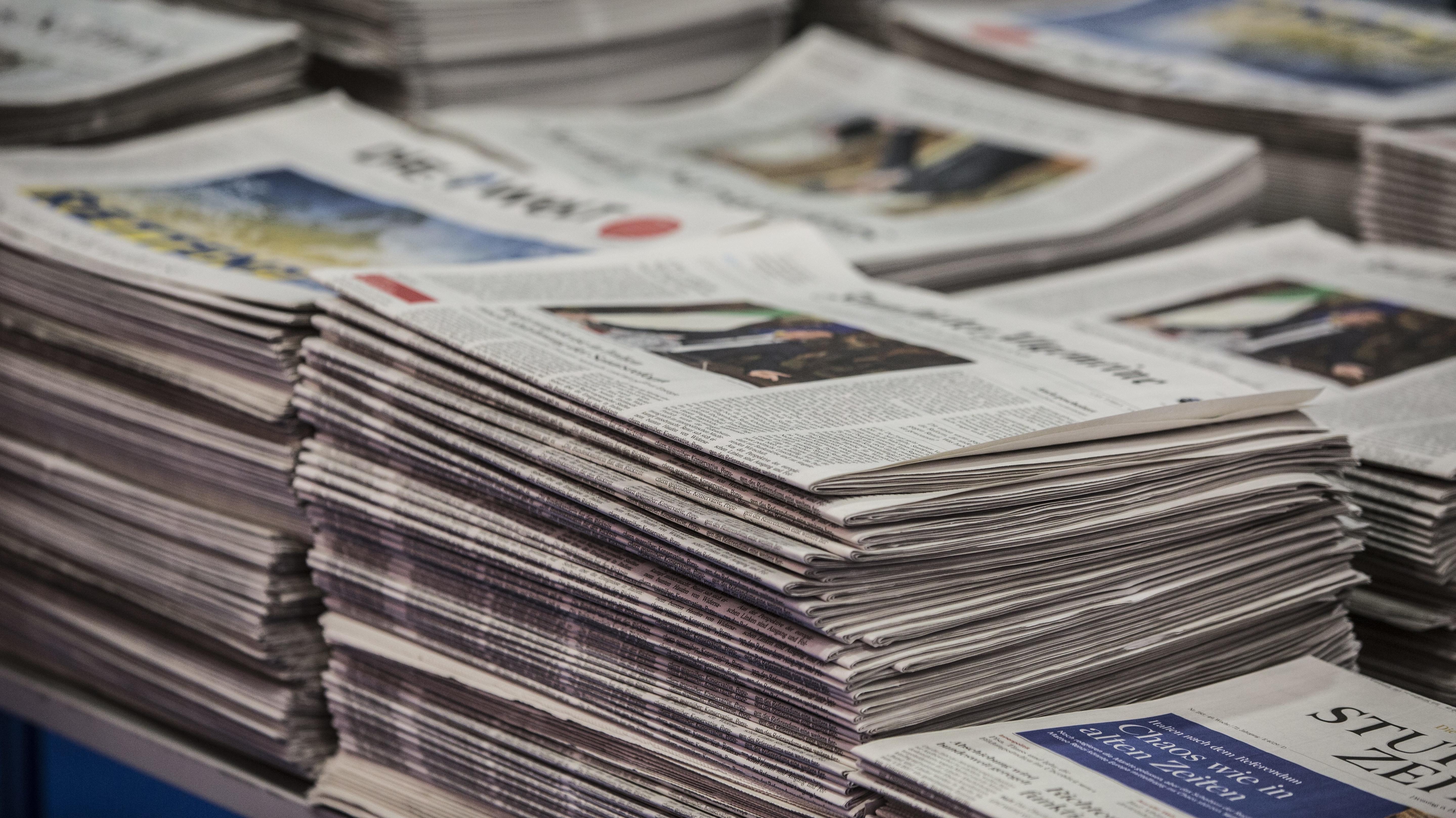 Stapel verschiedener Tageszeitungen - Symbolbild