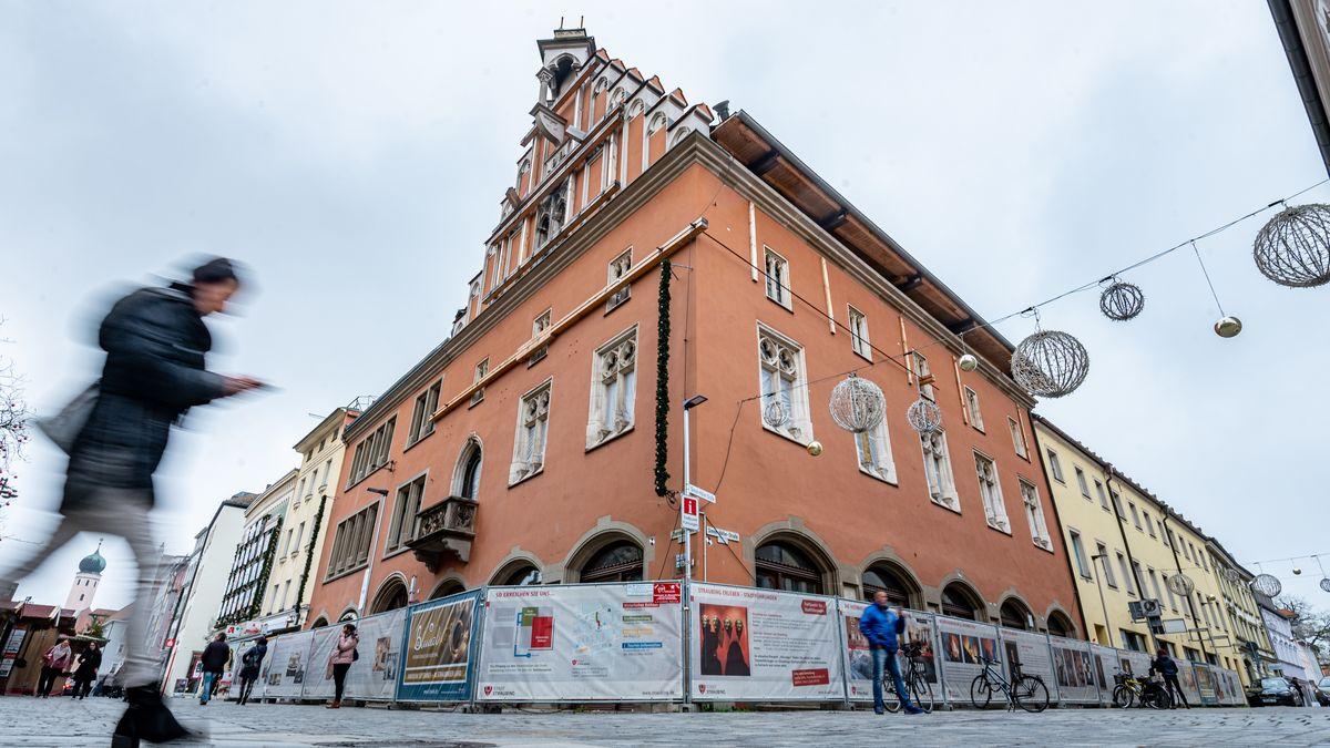 Die Fassade des Rathauses in Straubing steht noch - innen ist es ausgebrannt