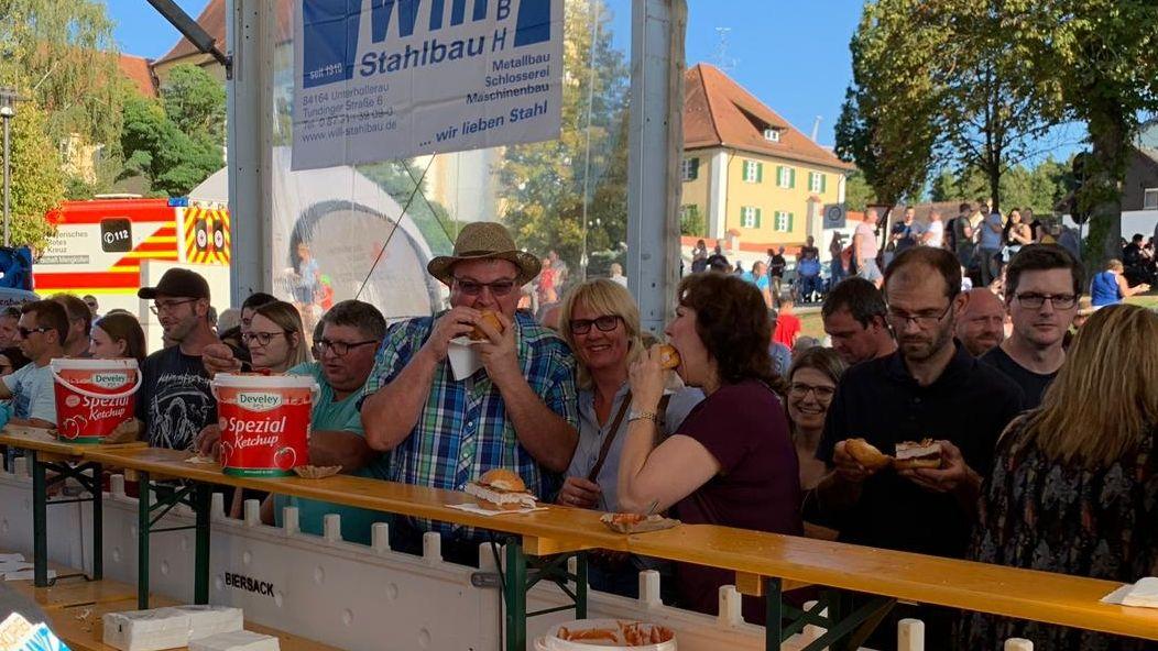 Schnitzelsemmeln wurden für 5 Euro verkauft. Der Andrang war groß.