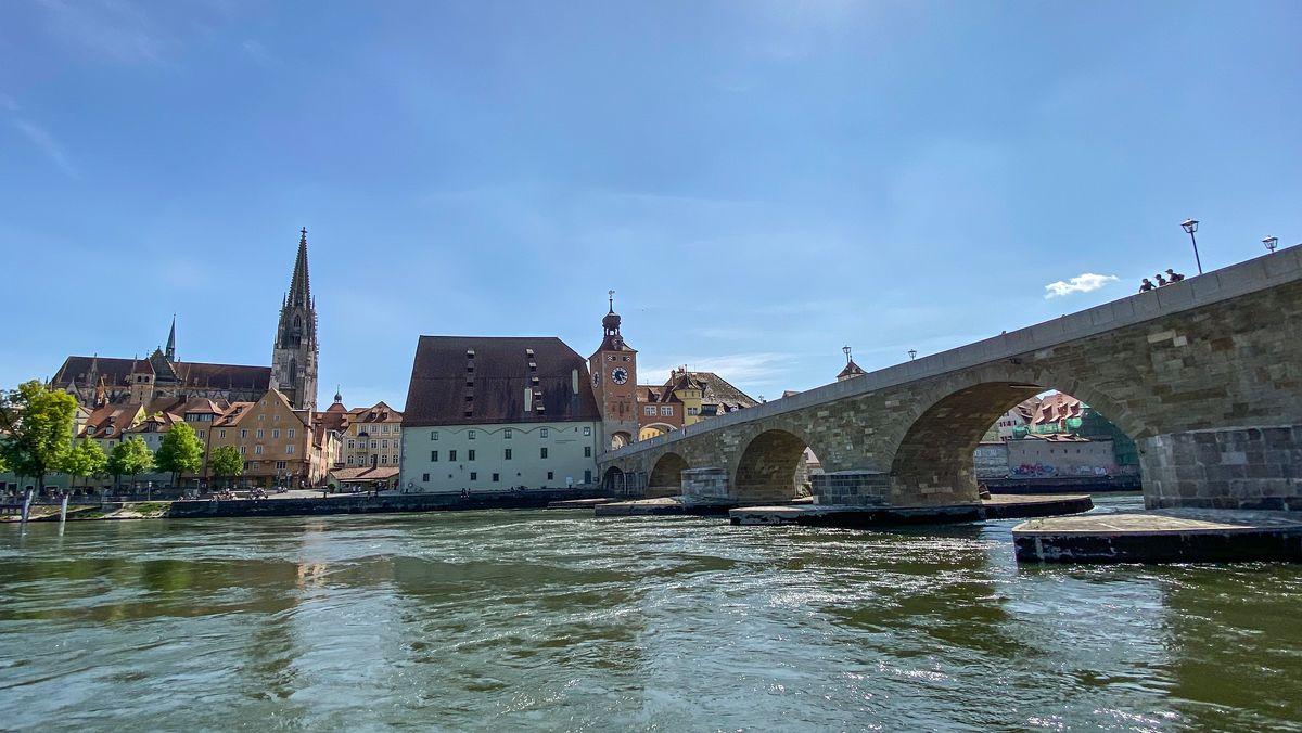 Blick über die Donau auf den Regensburger Dom. Im Vordergrund die Steinerne Brücke - ein Regensburger Wahrzeichen.