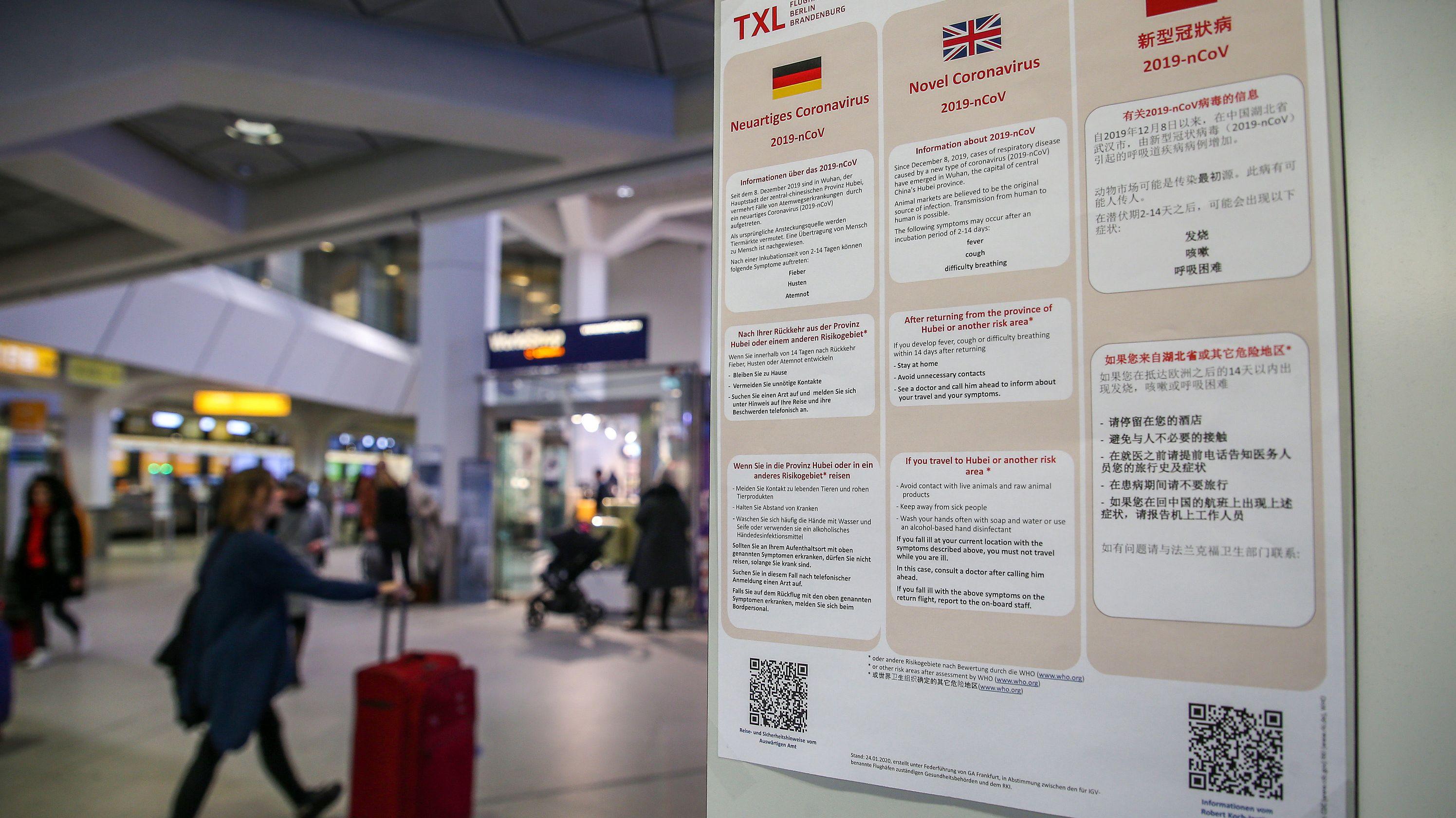 Plakate am Flughafen Tegel weisen auf die Gefährdung durch den Coronavirus hin.