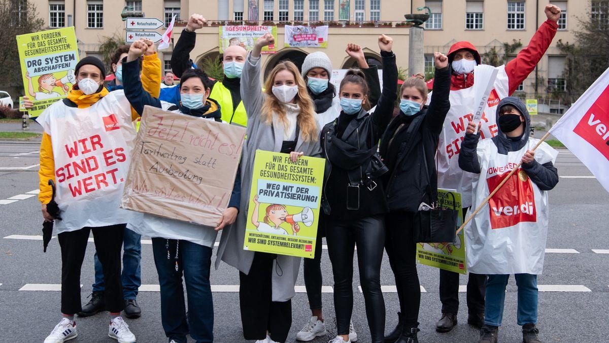 Krankenhaus-Mitarbeiter nehmen vor dem Klinikum Schwabing an einem Warnstreik teil.
