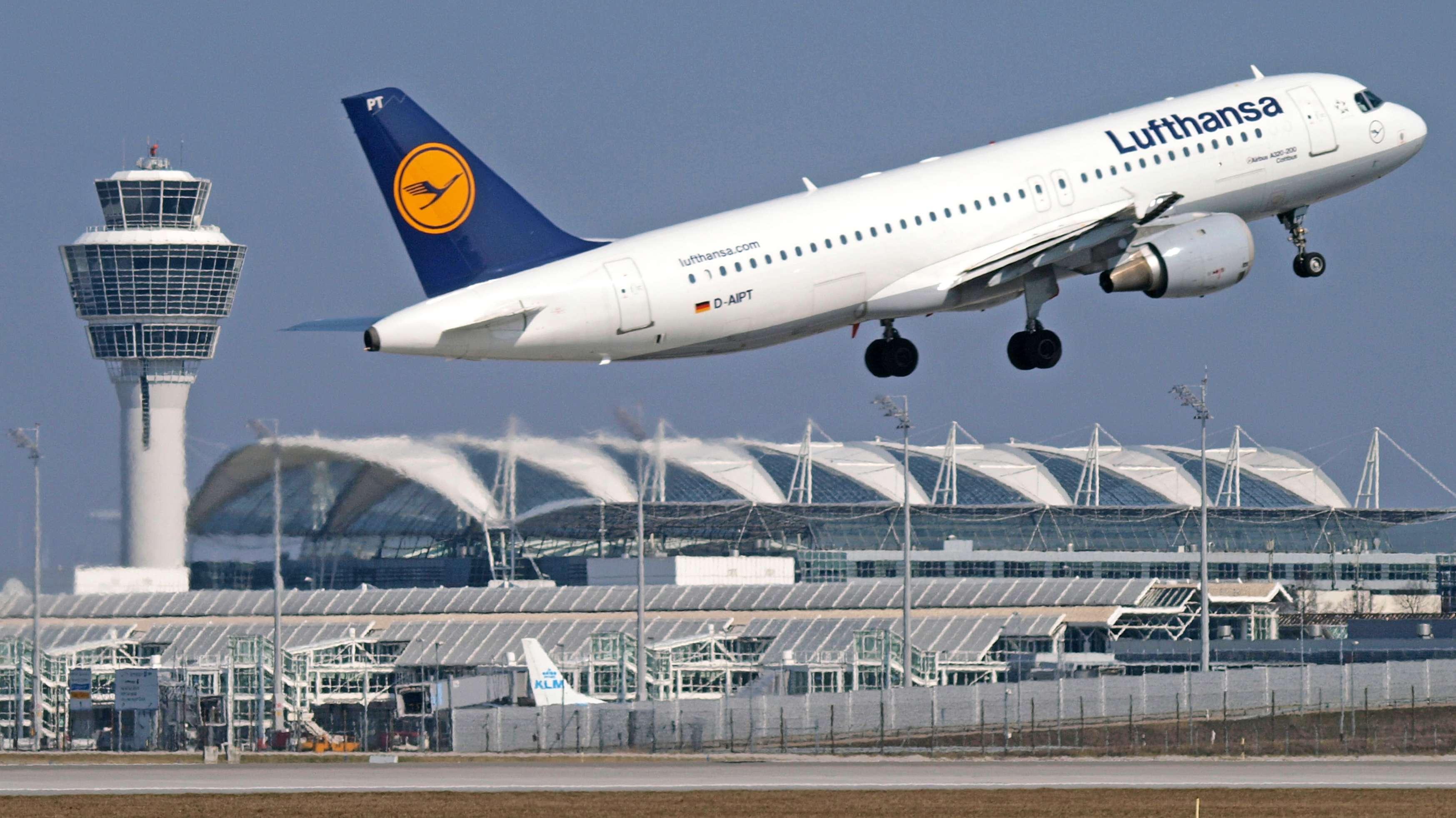 Airbus der Lufthansa startet am Flughafen München