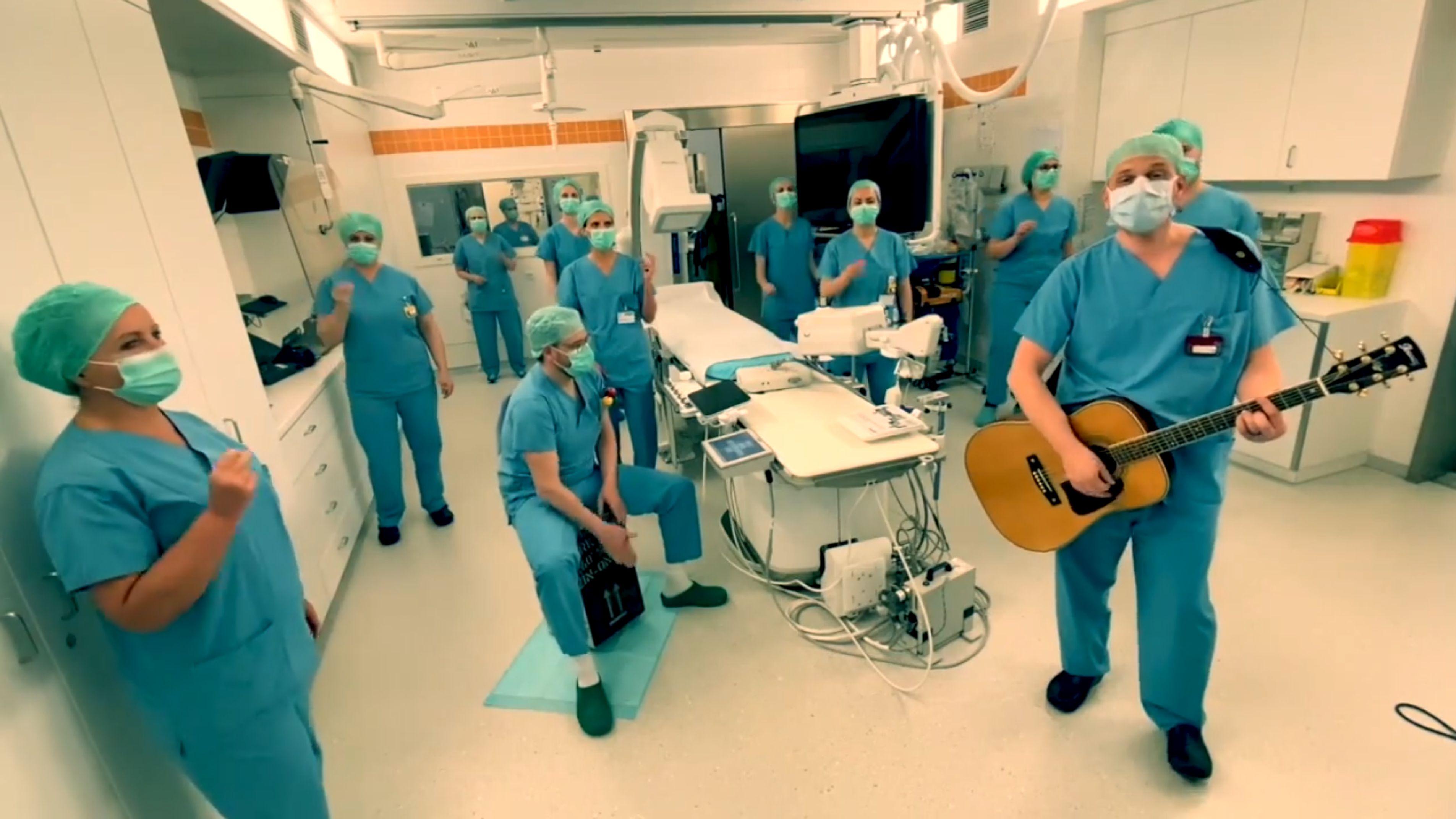 In einem Video auf Facebook singen Ärzte der München Klinik Bogenhausen für Zusammenhalt in Corona-Zeiten.