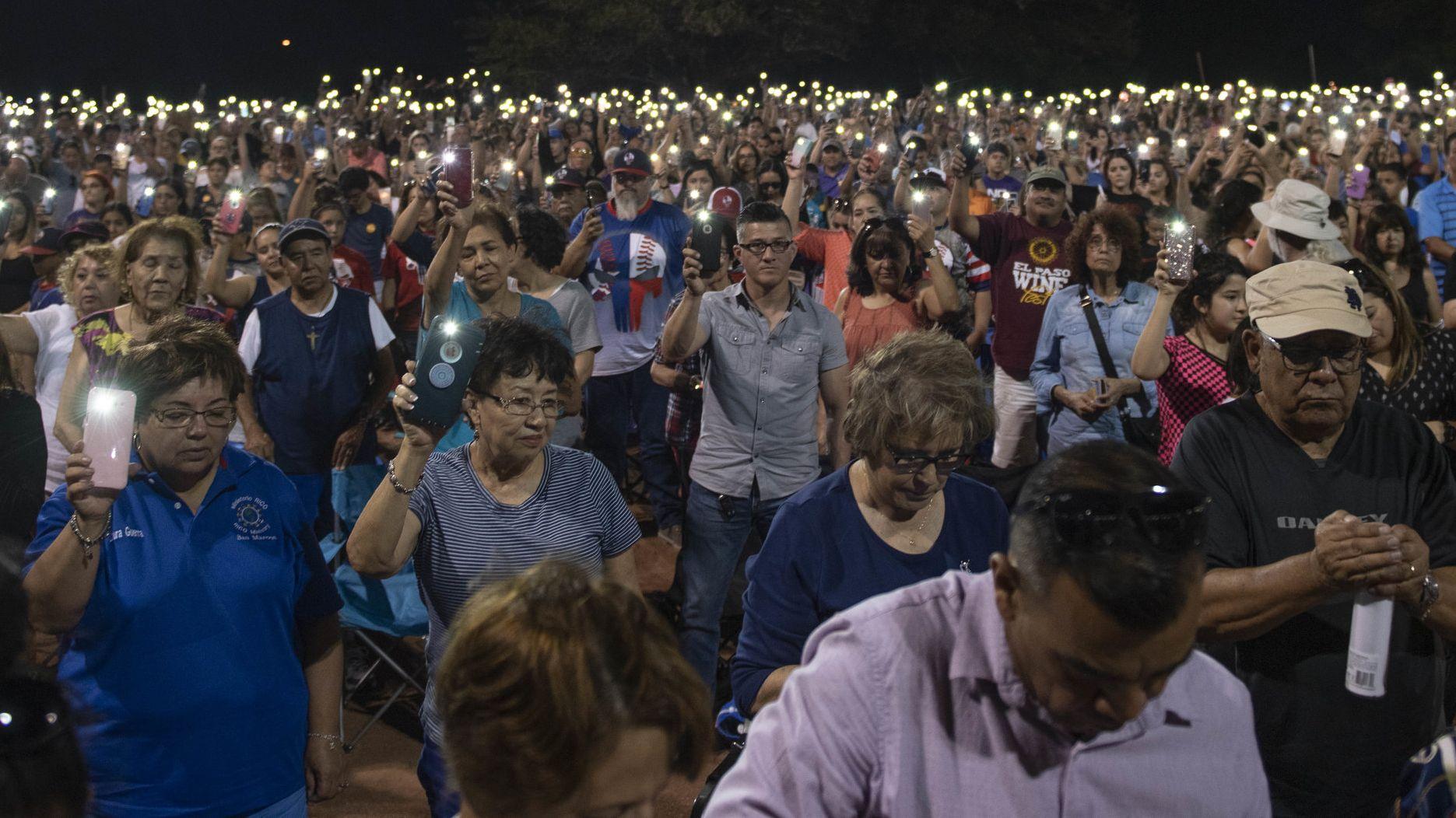 Tausende Menschen nehmen an einer Andacht auf einem Baseballfeld für die Opfer des Massakers in El Paso teil