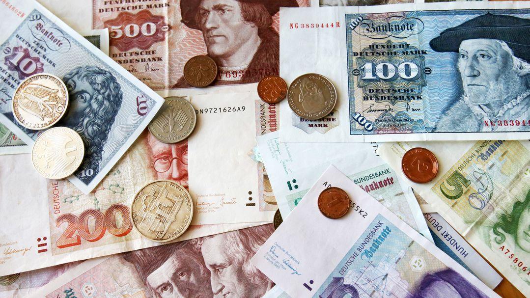 In einer Bundesbank-Filiale liegen D-Mark-Geldscheine und Münzen auf dem Tisch.