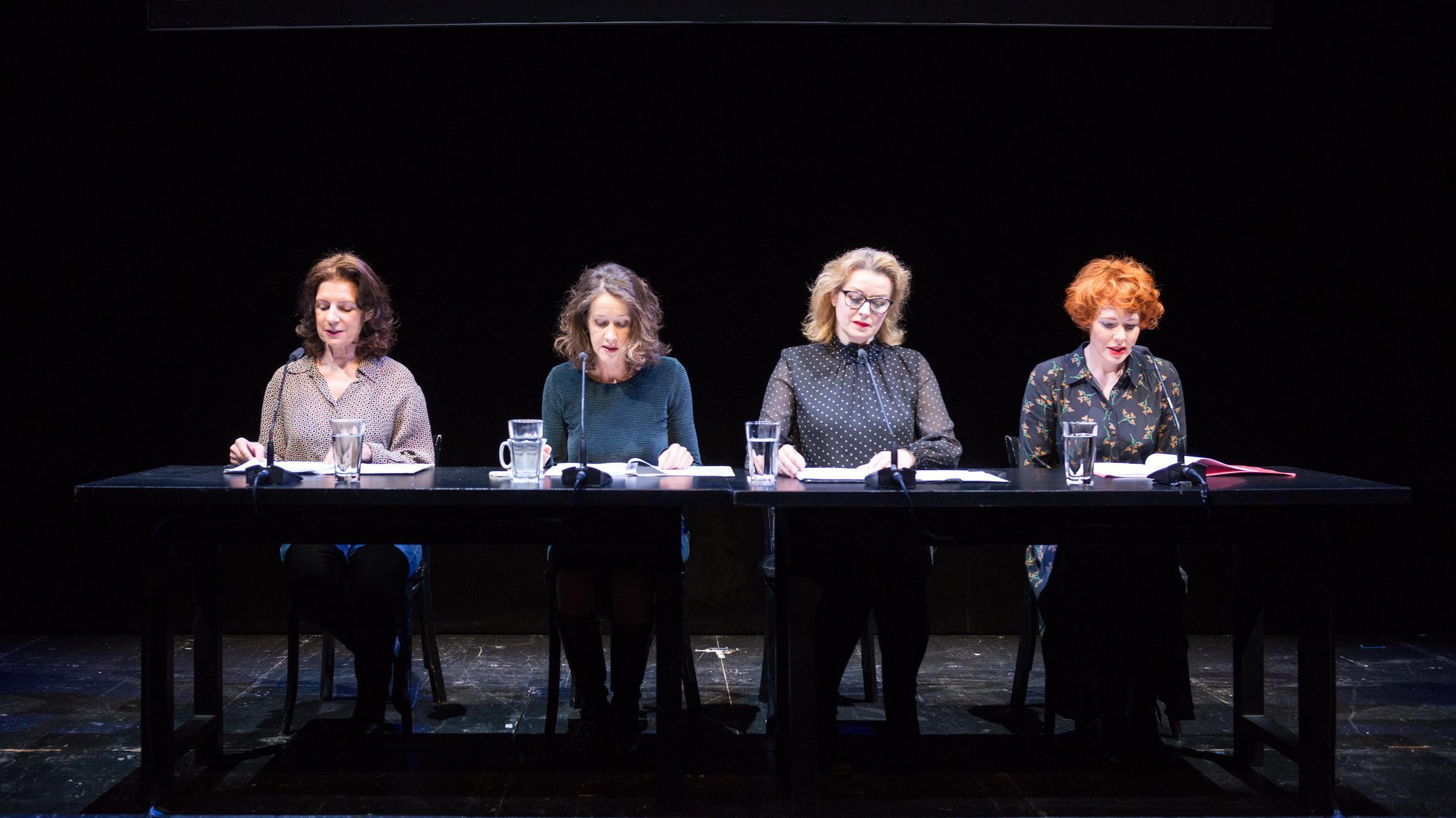 Zu sehen sind vier Schauspielerinnen, die nebeneinander an einem Tisch sitzen und aus den Reden rechter Populisten vorlesen.