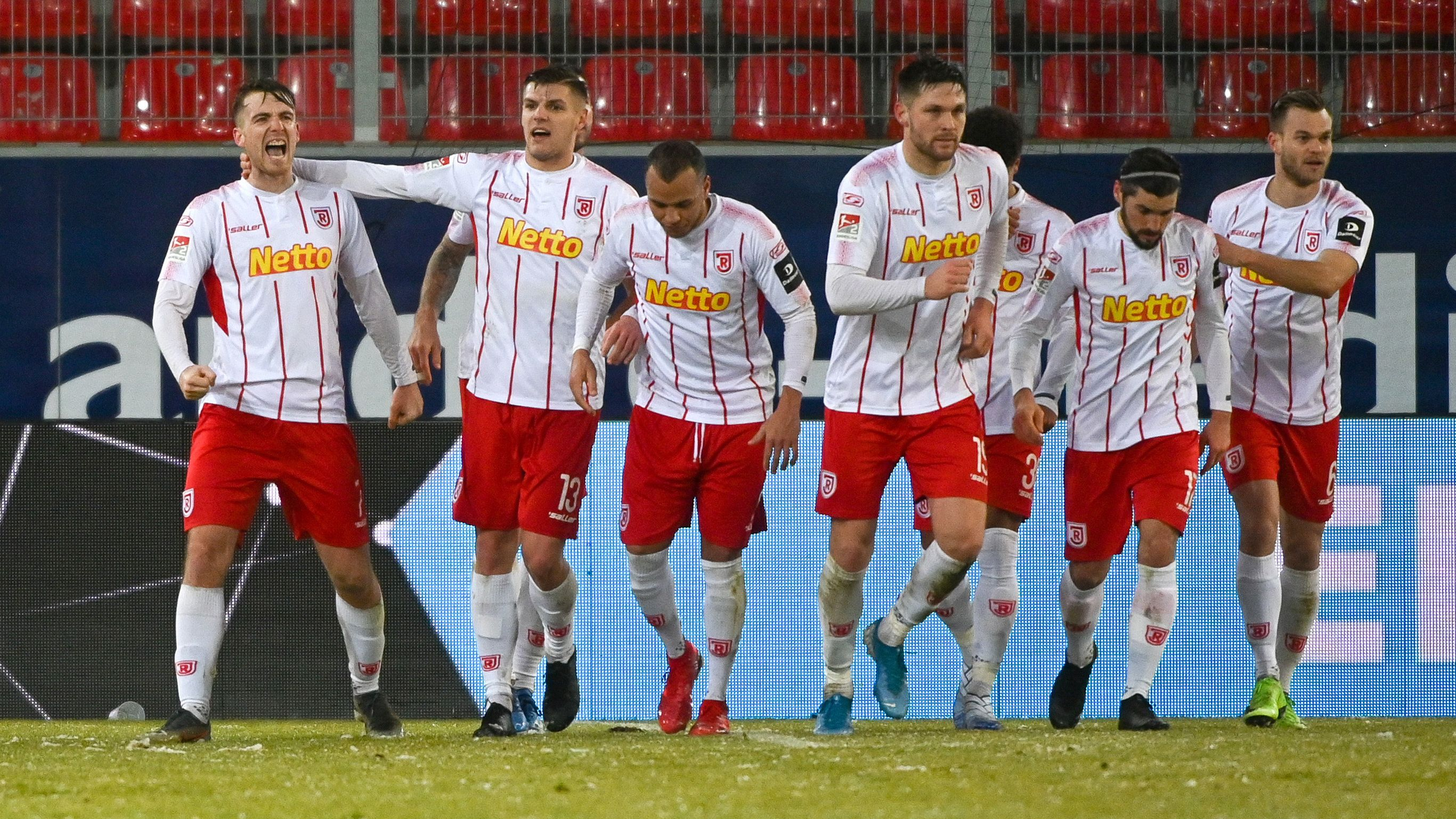 Regensburger Spieler nach dem 1:0
