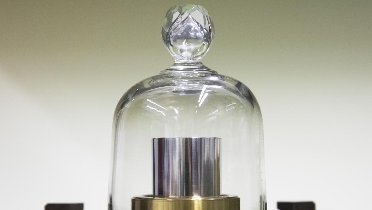 Schweizer Exemplar des Ur-Kilogramms unter einer Glashaube