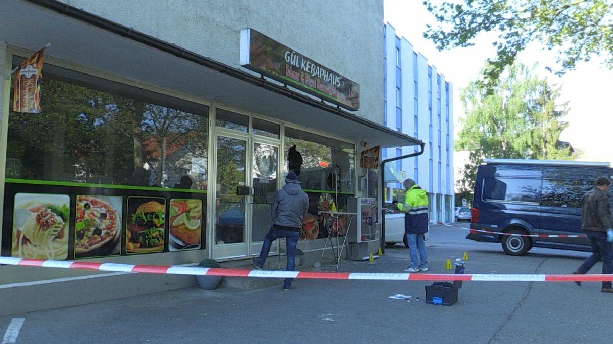 Eingeworfene Scheibe eines Ladens in Waldkraiburg