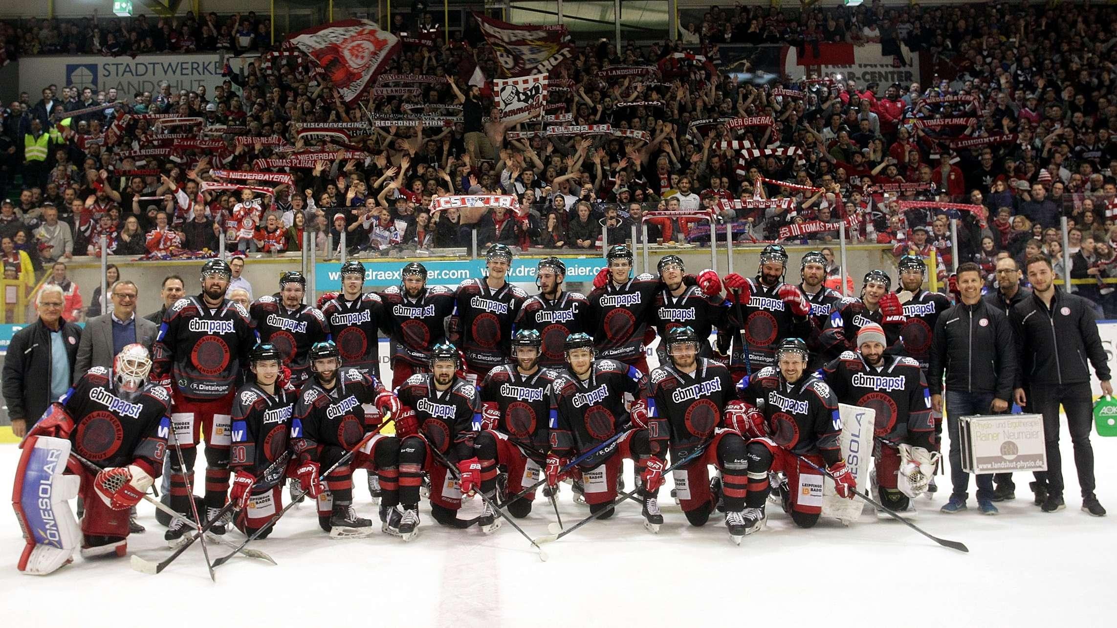 Das Team des EV Landshut nach dem Einzug in die Finalserie