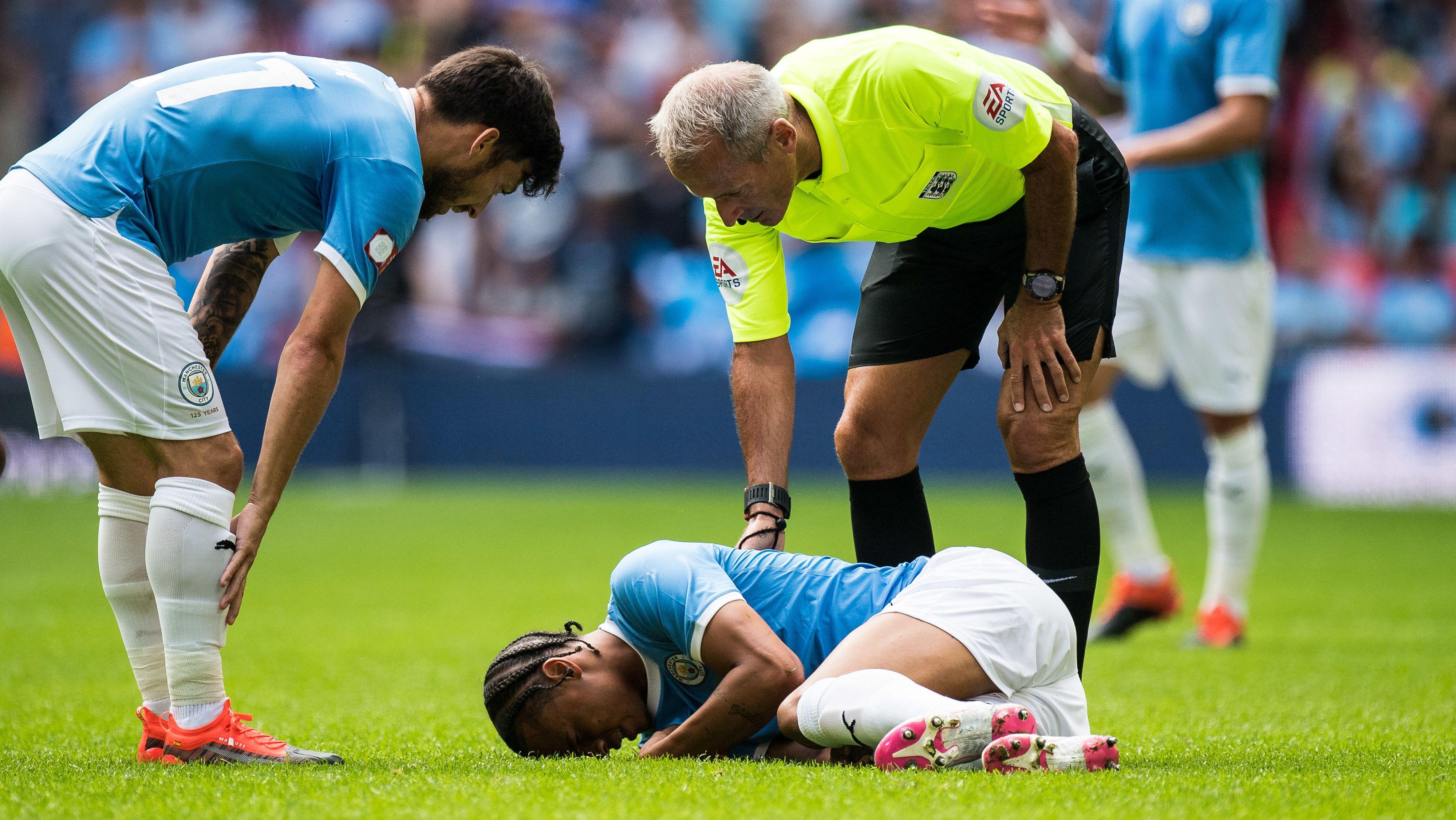 Leroy Sané liegt in der Supercup-Begegnung gegen Liverpool verletzt am Boden.