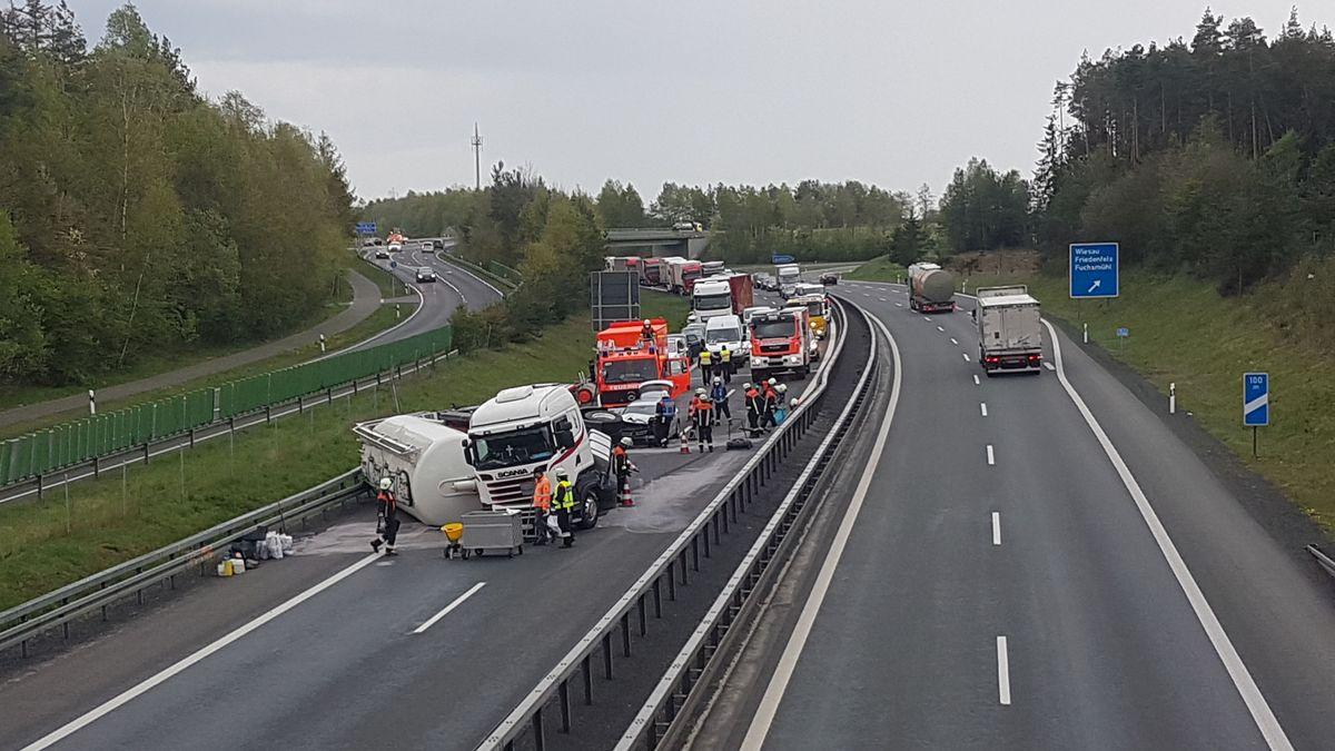 Ein Lkw liegt quer über die Fahrbahn der A93 bei Wiesau.
