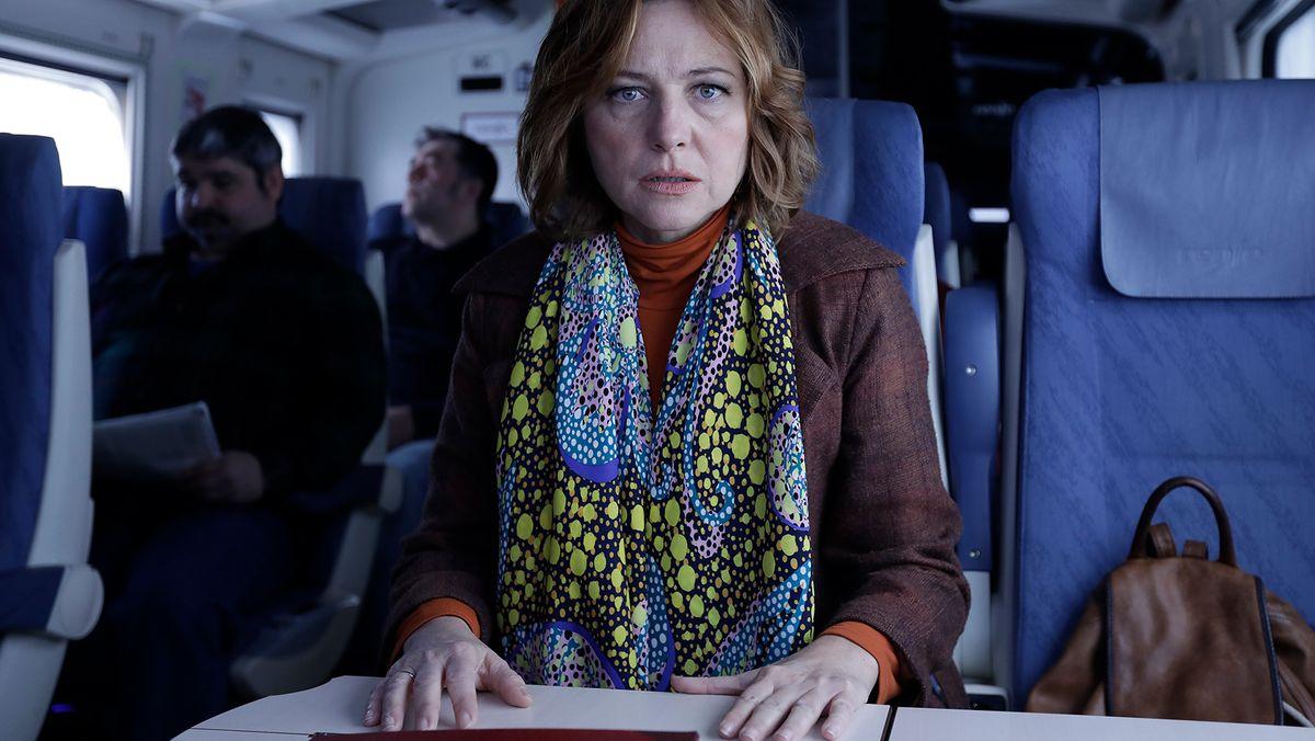 """Skurril, was diese Dame zu hören bekommt, denn ihr Gegenüber erzählt """"Die obskuren Geschichten eines Zugreisenden"""" (Filmszene)."""