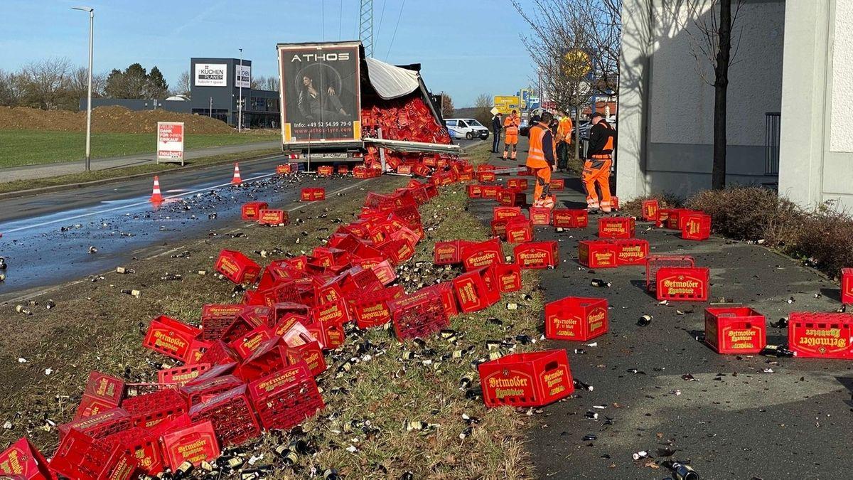 Rote Bierkästen liegen verteilt neben der Straße.