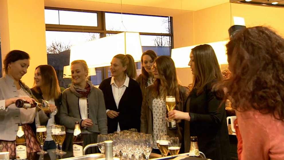Die Finalistinnen zur Wahl der Bayerischen Bierkönigin bei einer Schulung in Kulmbach. Sie lernen zum Beispiel, wie man Bier einschenkt.
