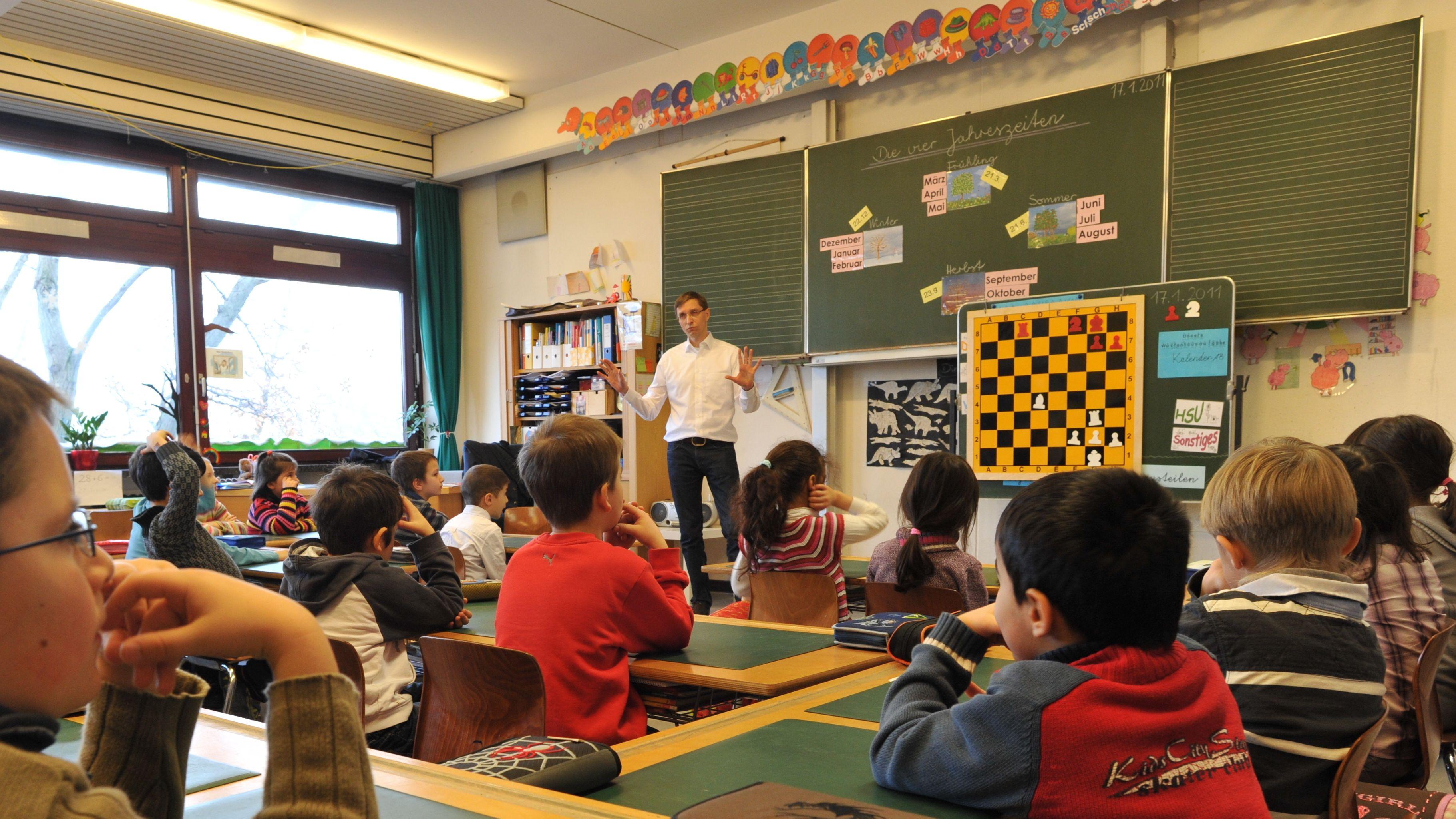 Lehrer und Schüler im Klassenzimmer
