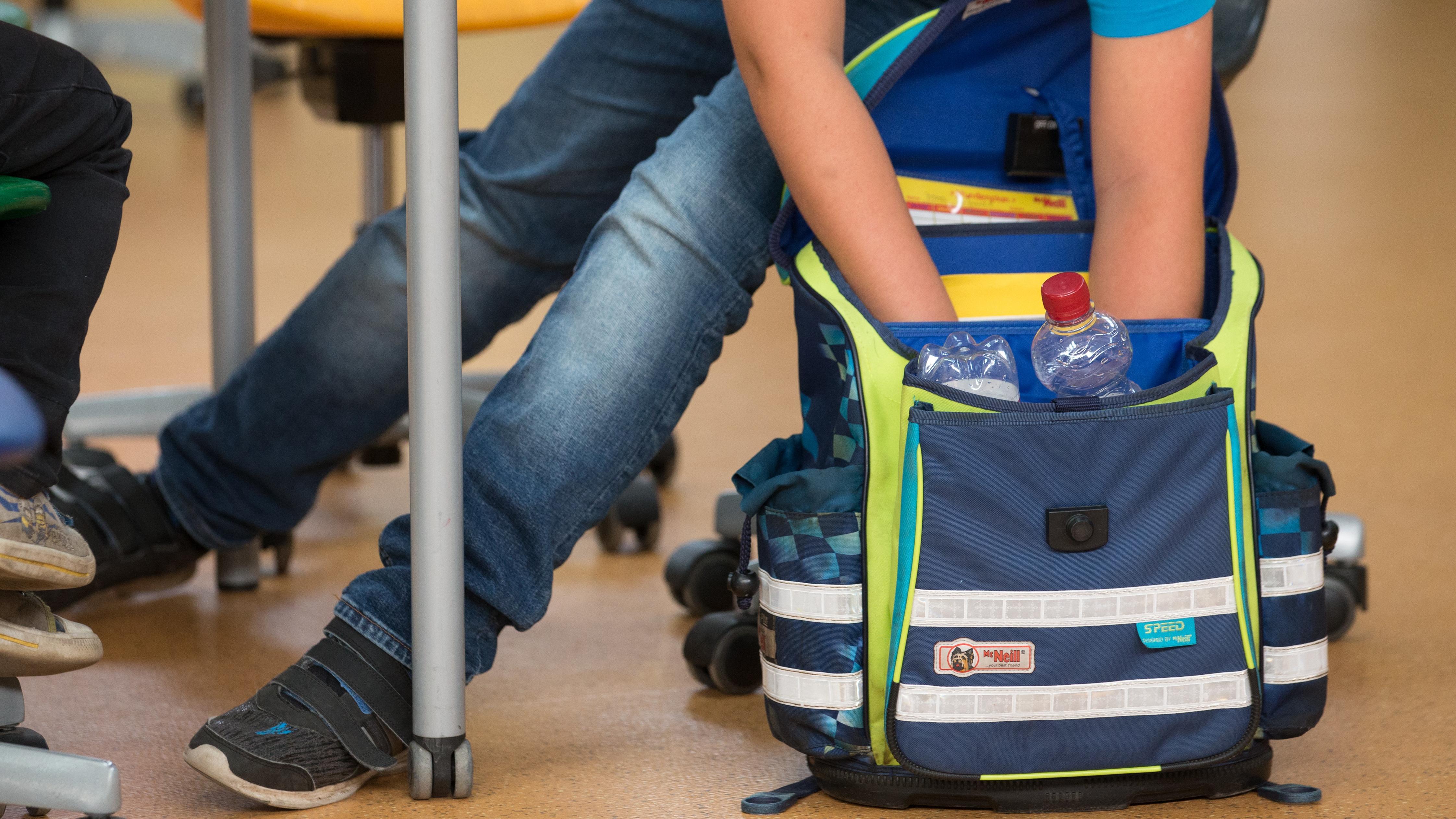 Schüler mit Schultasche