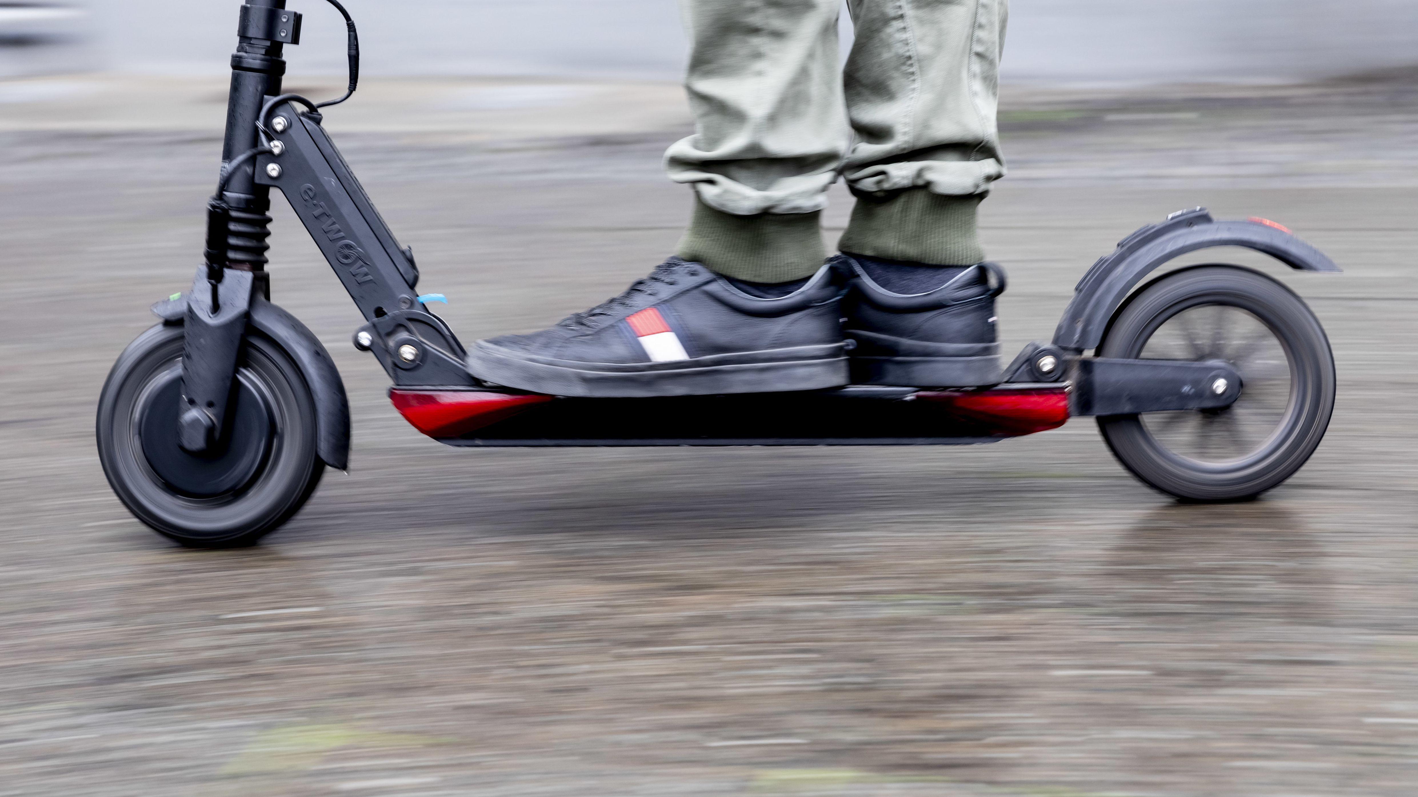 Mensch fährt auf E-Scooter