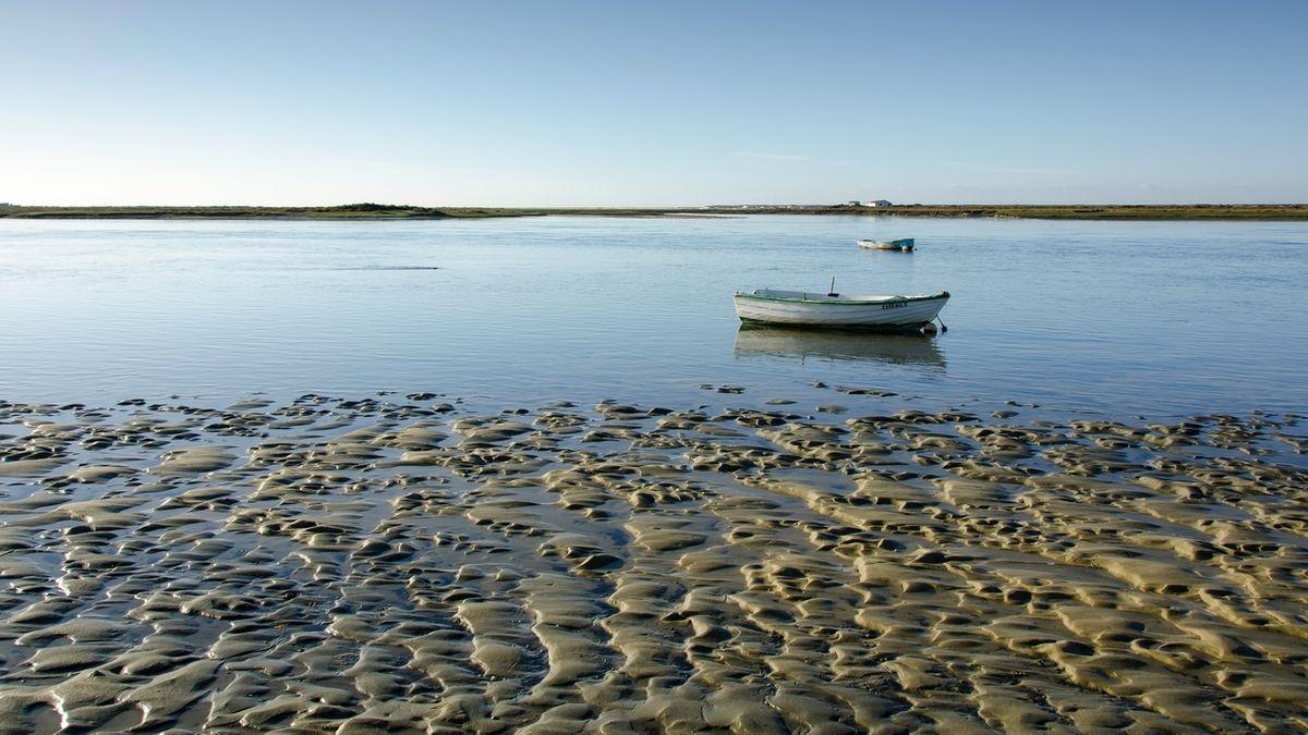 Strand bei Ebbe mit Boot