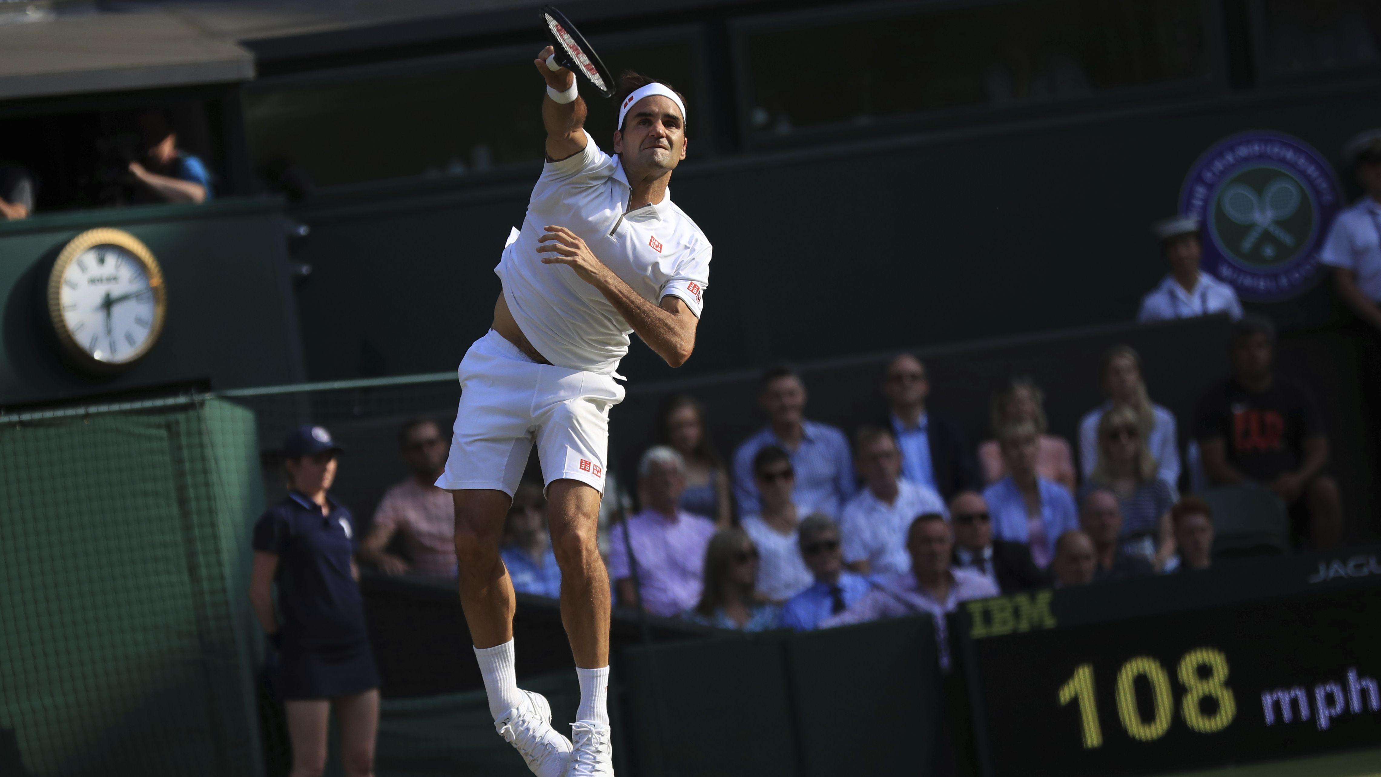 Roger Federer beim Aufschlag