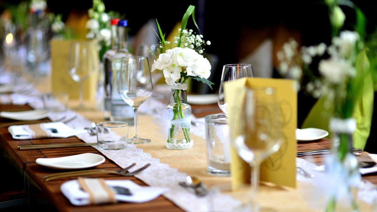Ein dekorierter Tisch auf einer Hochzeitsfeier.