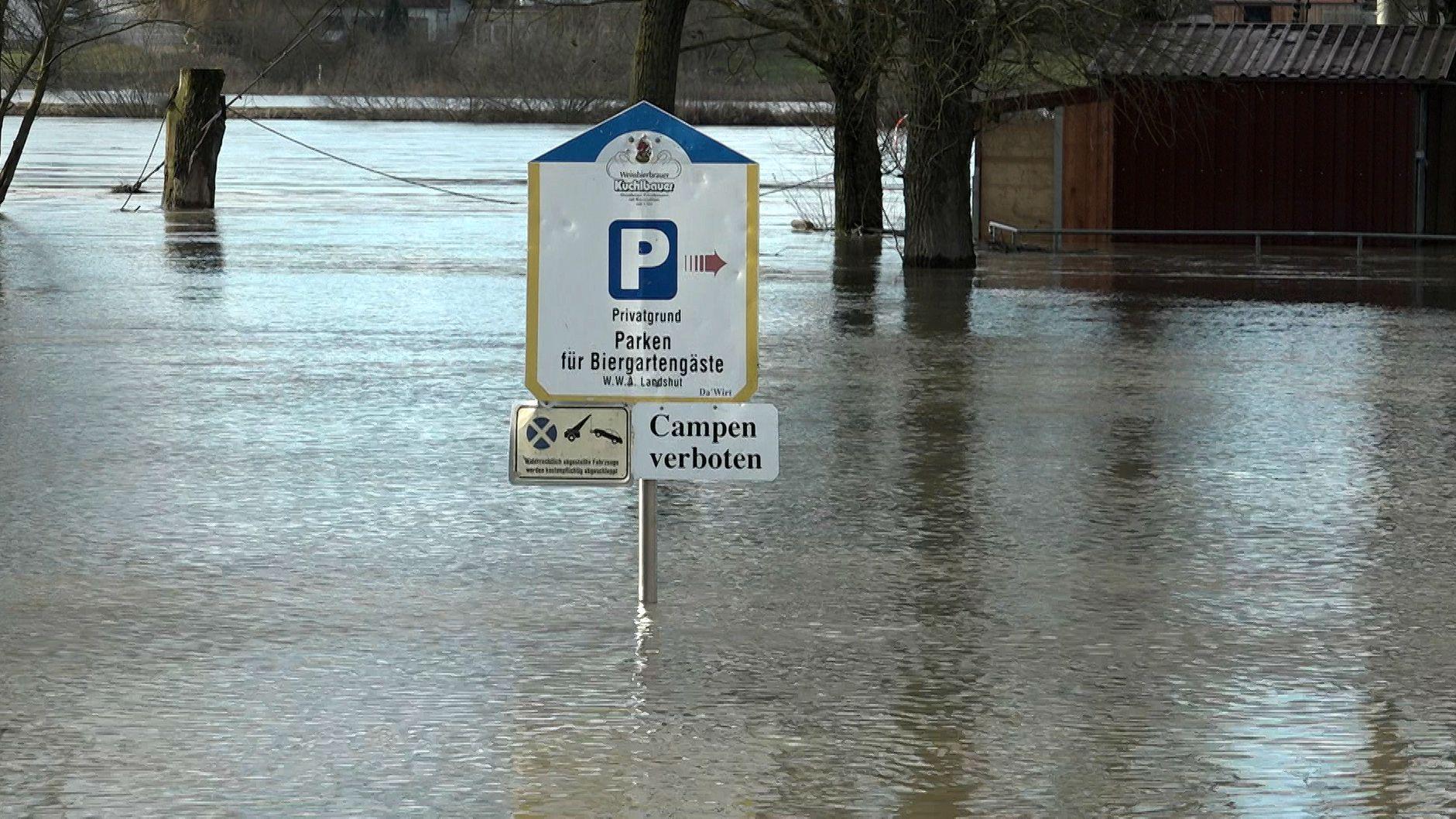 Die Donau bei Kelheim: Ein Schild ragt aus dem Hochwasser