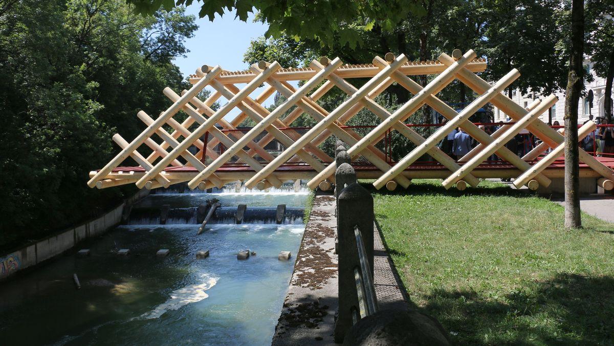Massive Holzkonstruktion über der Isar