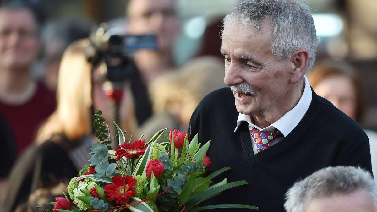Guntram Vesper mit einem Blumenstrauß bei der Verleihung des Preises der Leipziger Buchmesse 2016