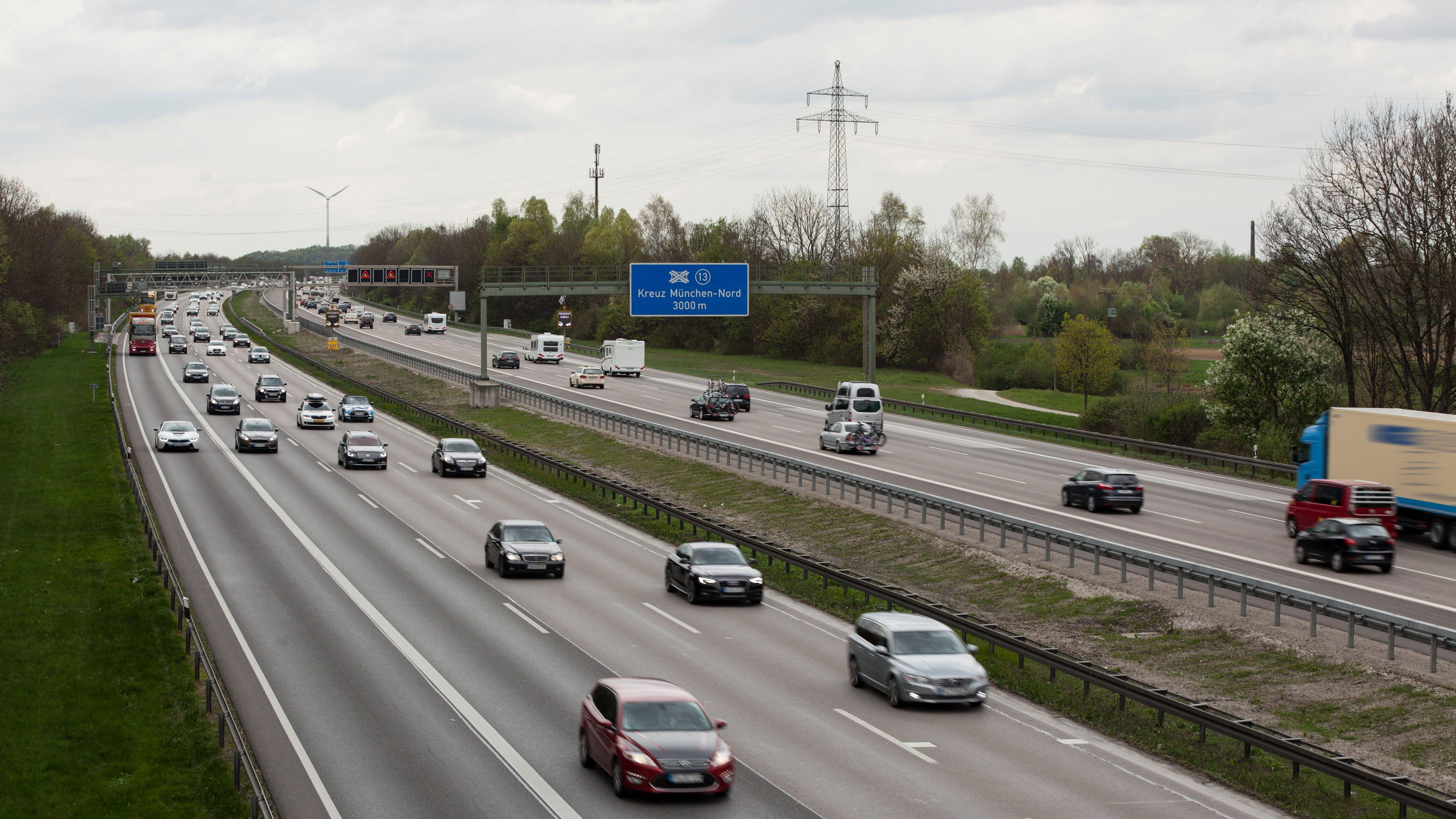 Fließender Verkehr auf der A99 am Autobahnkreuz München-Nord (Archivbild)