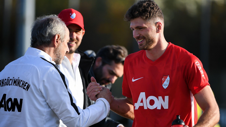 Freude bei Türkgücü: Trainer Rainer Maurer (l.) klatscht mit Patrick Hasenhüttl ab.