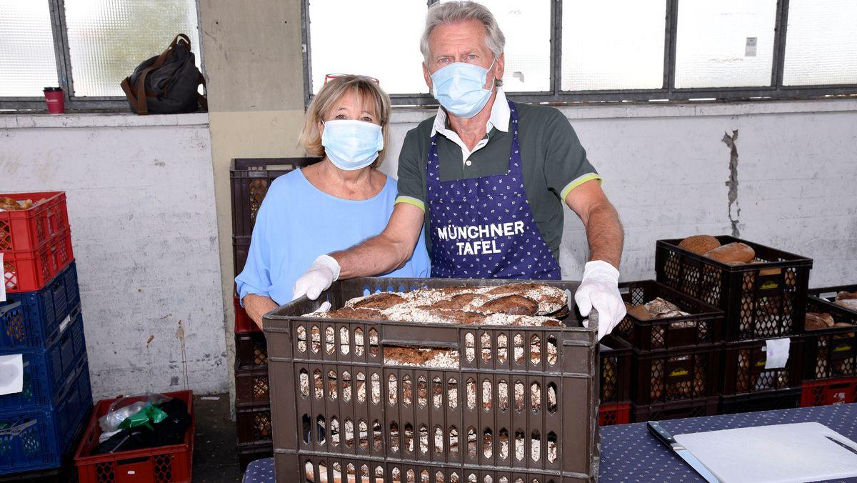 Paul Breitner und seine Ehefrau Hildegard arbeiten bei der Münchner Tafel.