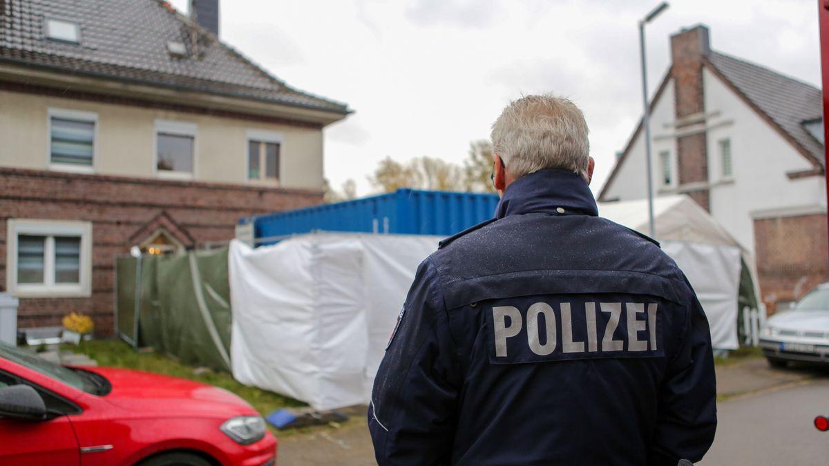 Ein Polizist vor dem Haus eines Verdächtigen im Missbrauchsfall Bergisch Gladbach