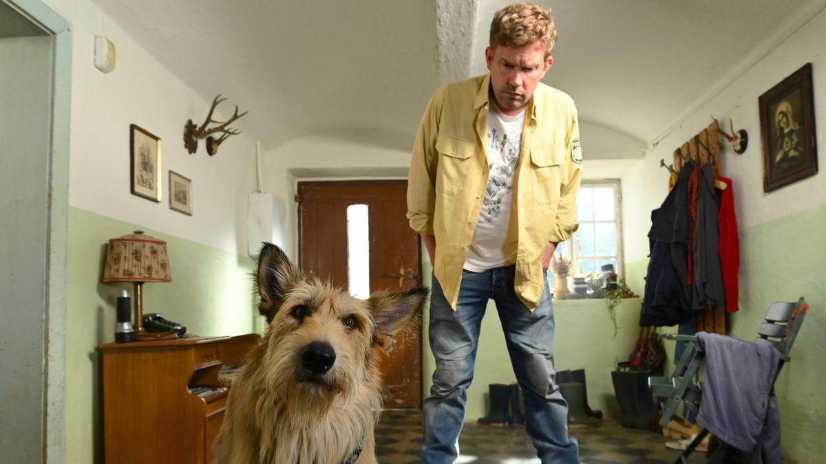 Franz Eberhofer (Sebastian Bezzel) und Hund.