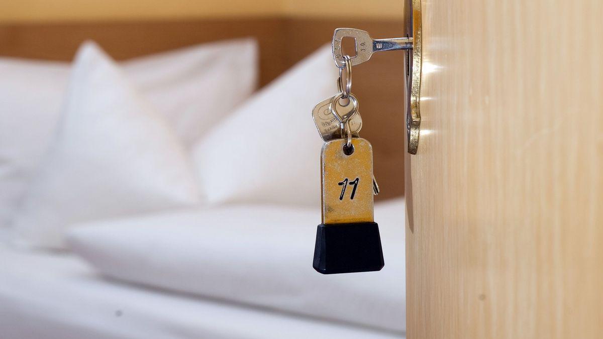 Eine geöffnete Tür zu einem Hotelzimmer (Symbolbild)