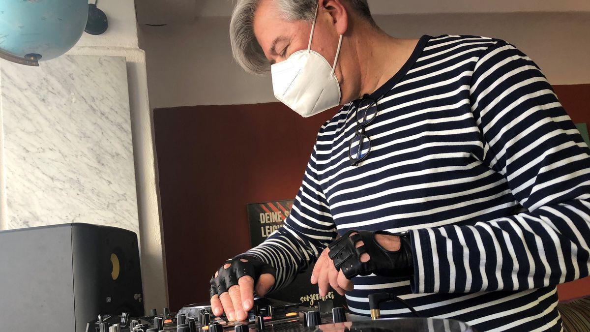 Professor und DJ Christian Zich am Mischpult