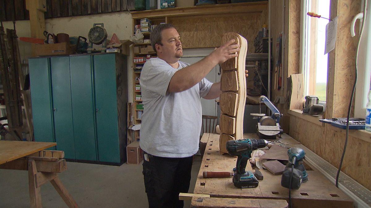 Stefan Zaus fertigt einen Schrank in seiner Werkstatt.