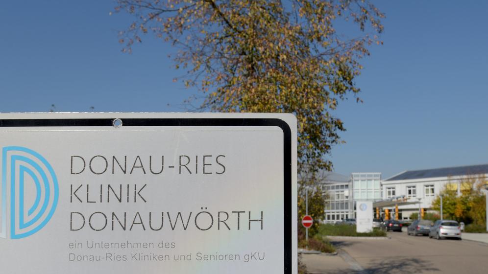 Schild an der Zufahrt zur Donau-Ries-Klinik Donauwörth | Bild:dpa-Bildfunk/Stefan Puchner