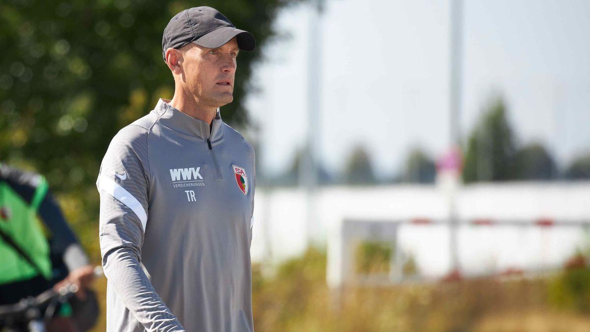 FCA-Trainer Heiko Herrlich auf dem Weg zum Trainingsplatz
