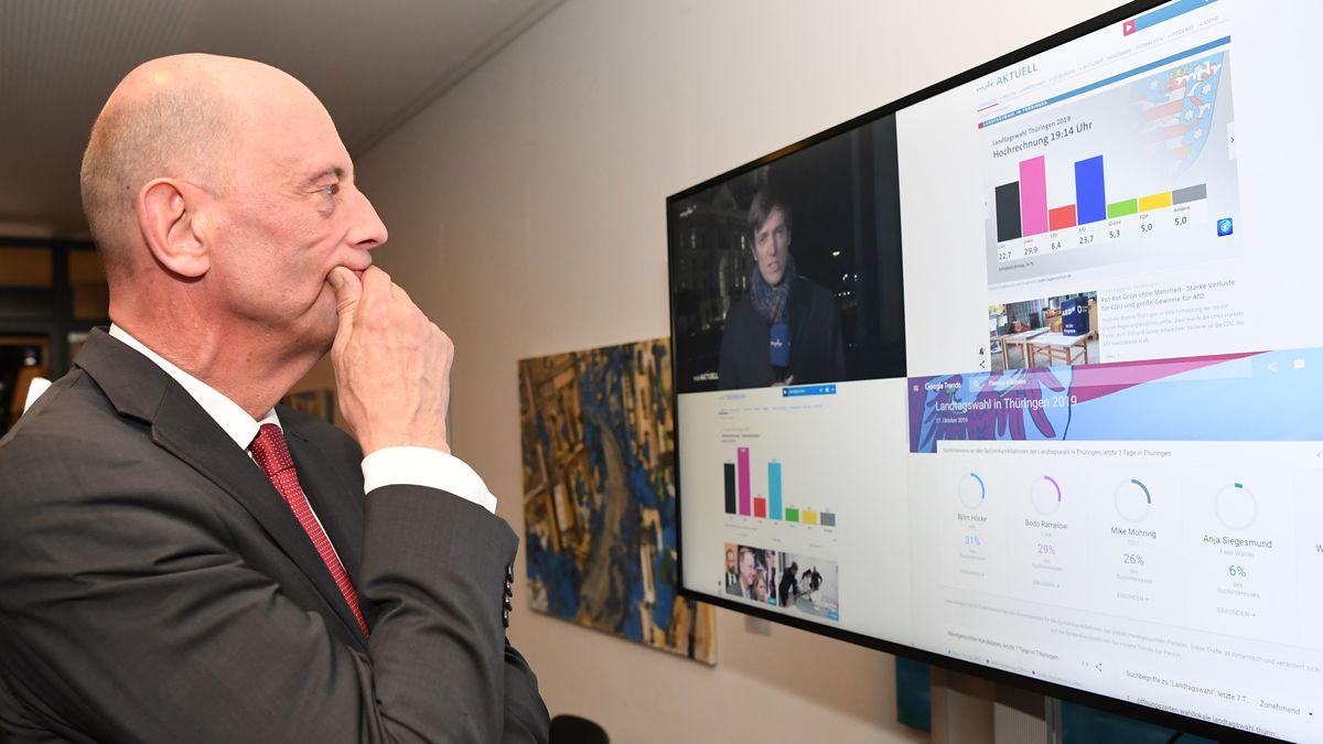 Thüringens Wirtschaftsminister Tiefensee betrachtet nach einer TV-Pressekonferenz auf einem Monitor das Ergebnis der Landtagswahl.