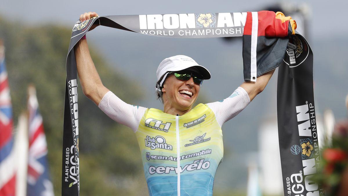 Anne Haug beim Zieleinlauf des Ironman 2019 auf Hawaii.