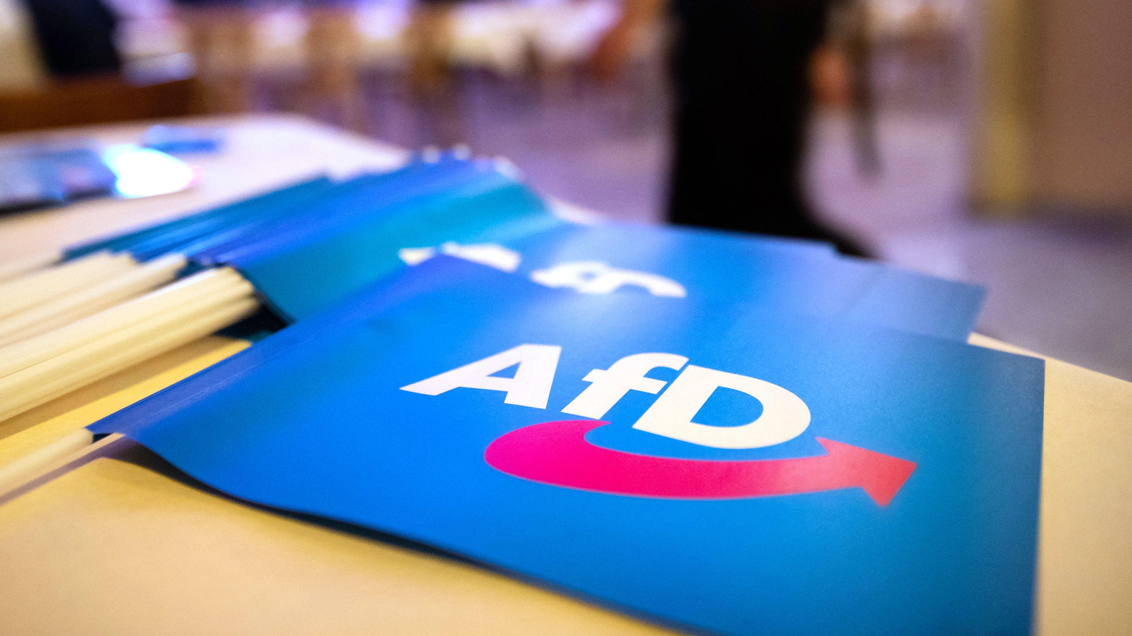Fähnchen mit AfD-Aufschrift liegen beim AfD-Landesparteitag in Greding am 24. November 2018 auf einem Tisch