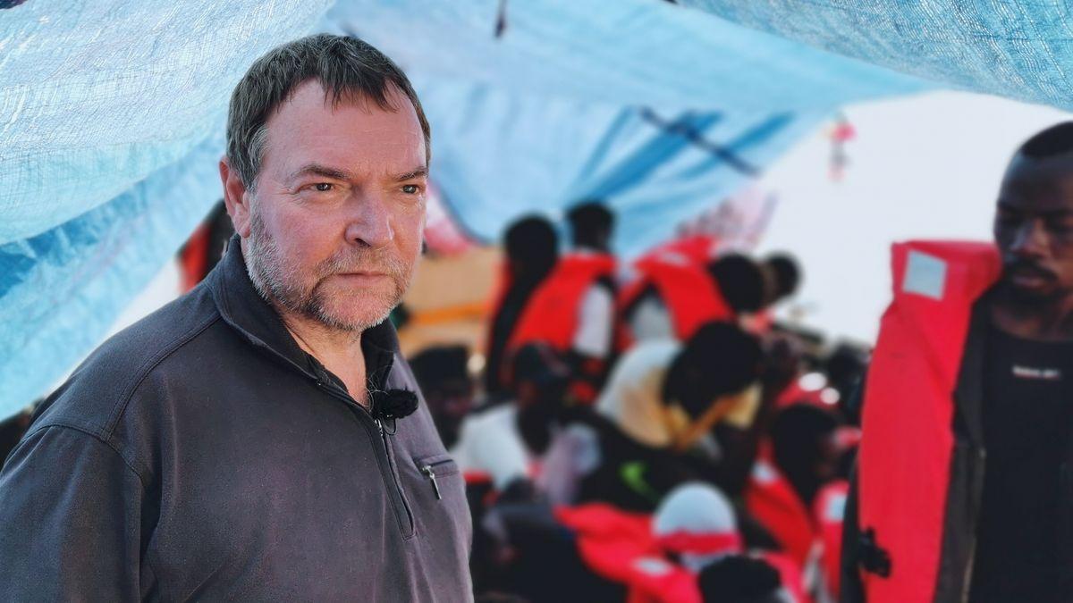 """Claus-Peter Reisch 2019 auf dem Deck des Rettungsschiffs """"Eleonore"""" (Archivbild)"""