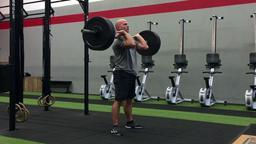 Kai Kastl beim Training mit einer Gewichtshantel | Bild:BR