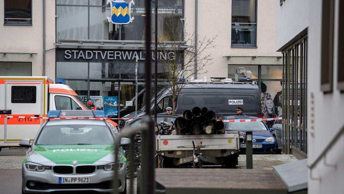 Symbolbild: Fahrzeuge der Polizei und des Rettungsdienstes stehen am 06.11.2017 vor der Stadtverwaltung nahe des Landratsamts in Pfaffenhofen an der Ilm
